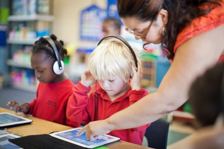 Teacher-helping-student-with-iPad